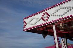 Sistema ligero blanco y rosado en cielo azul profundo foto de archivo libre de regalías