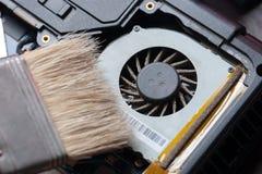 Sistema mais fresco do processador central com poeira e Web limpeza da poeira do cartão-matriz do laptop manutenção da eletrônica imagens de stock royalty free
