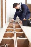 Sistema masculino de Fitting Central Heating do encanador imagens de stock