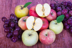 Sistema mezclado de la uva madura cruda fresca de la manzana de las frutas en blanco aislado Imagenes de archivo
