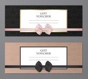 Sistema moderno de la plantilla del vale de regalo del vector con el estampado de flores y el arco hermoso Cupón del regalo, tarj Fotografía de archivo libre de regalías