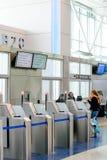 Sistema moderno del embarque del uno mismo de la puerta del aeropuerto Fotos de archivo libres de regalías