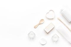 Sistema monocromático del cosmético en concepto del BALNEARIO en la mofa blanca de la opinión superior del fondo para arriba Imágenes de archivo libres de regalías