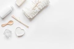 Sistema monocromático del cosmético en concepto del BALNEARIO en mofa de la opinión superior del whitebackground para arriba Foto de archivo libre de regalías