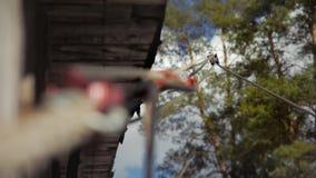 Sistema montado de la cuerda para derribar de la madera metrajes