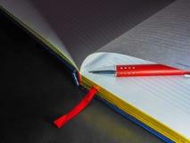 Sistema necesario diario para un hombre de negocios con la libreta y el cuaderno de la pluma foto de archivo