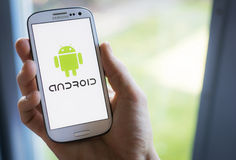 Sistema operativo del teléfono móvil de Android en el smartphone de Samsung Fotos de archivo