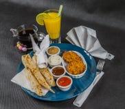 Sistema oriental del indio, pan naan y bhaji de la cebolla, cuatro salsas, b Fotos de archivo