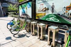 Sistema público del alquiler de la bicicleta foto de archivo libre de regalías
