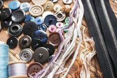 Sistema para coser - hilos, botones, cremalleras, hilos para el punto de cruz Foto de archivo libre de regalías