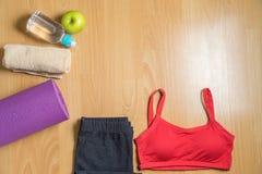 Sistema para el desgaste del deporte del ` s de las mujeres de la práctica de la yoga con la estera de la yoga, la botella de agu Imágenes de archivo libres de regalías