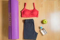 Sistema para el desgaste del deporte del ` s de las mujeres de la práctica de la yoga con la estera de la yoga, la botella de agu Imagen de archivo