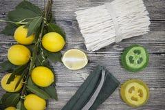 Sistema para la hierba hecha a mano del perfume del espejo de la toalla del limón de la esponja del jabón del balneario en fondo  imagenes de archivo