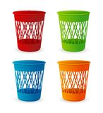 Sistema plástico de la cesta del vector, cubos de la basura en blanco Imagen de archivo libre de regalías