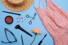 Sistema plano de la endecha de ropa y de accesorios femeninos Imagen de archivo