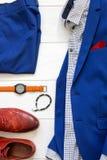 Sistema plano de la endecha de ropa para hombre clásica tal como traje azul, sh marrón Foto de archivo
