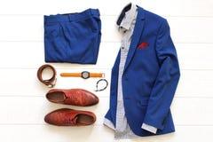 Sistema plano de la endecha de ropa para hombre clásica tal como traje azul, sh marrón Fotografía de archivo