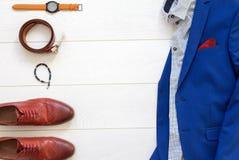 Sistema plano de la endecha de ropa para hombre clásica tal como traje azul, sh marrón Fotos de archivo