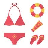Sistema plano de las vacaciones de verano del diseño Traje de baño, protección solar, chancleta y amortiguador de aire Fotos de archivo