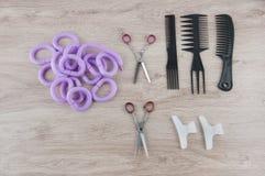 Sistema profesional de la peluquería Cepillos, bigudíes y vueltas Imagen de archivo