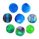 Sistema puntos dibujados de la mano azul y verde colorida de la acuarela, círculos aislados en blanco Fotografía de archivo libre de regalías