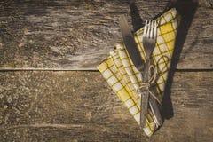 Sistema rústico del cuchillo de los cubiertos, bifurcación Fondo negro Visión superior Fotografía de archivo