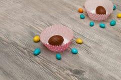 Sistema redondo en un fondo ligero Huevos de Pascua en los tableros de madera, blancos Huevos de Pascua en fondo de madera Fotografía de archivo libre de regalías