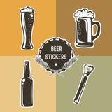 Sistema retro con los elementos de la cerveza para el diseño del logotipo Ilustración del vector Fotografía de archivo