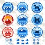 Sistema retro del vintage de insignias y de etiquetas en el tema de montañas, patrulla del esquí Fotografía de archivo
