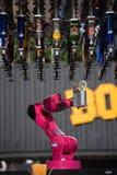 Sistema robot della barra del ` s del mondo di Makr Shakr in primo luogo che prepara i cocktail Fotografia Stock Libera da Diritti