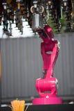 Sistema robot della barra del ` s del mondo di Makr Shakr in primo luogo che prepara i cocktail Fotografia Stock