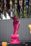 Sistema robot della barra del ` s del mondo di Makr Shakr in primo luogo che prepara i cocktail Fotografie Stock