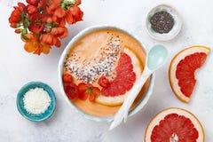 Sistema sano del desayuno El cuenco del smoothie de Superfoods con las semillas, el coco, el pomelo y el membrillo del chia flore Fotografía de archivo libre de regalías