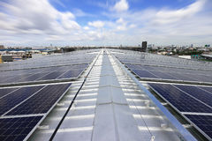 Sistema solar del tejado del picovoltio con la nube móvil Imagen de archivo libre de regalías