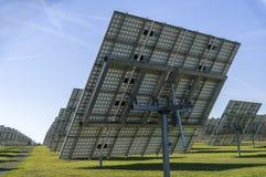 Sistema solar, planta de energias solares da vista geral com elementos rastreáveis foto de stock