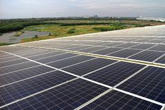 Sistema solare del tetto di PV della larga scala sul tetto della curva Fotografia Stock Libera da Diritti