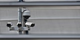 Sistema sopraelevato della videocamera di sicurezza di alta tecnologia nell'area custodetta Fotografia Stock