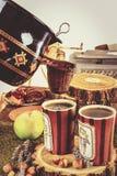 Sistema tradicional de té con la caldera y de tazas con el tamiz Imagen de archivo