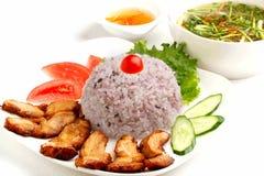 Sistema vietnamita del almuerzo de arroz con cerdo y sopa fritos fotografía de archivo