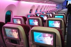 Sistema in volo di spettacolo della classe economica di Boeing 787-8 Dreamliner di Qatar Airways (IFE) a Singapore Airshow Immagine Stock