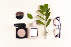 Sistema y accesorios de la ropa de las mujeres de la moda Colores en colores pastel de la vainilla foto de archivo