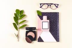 Sistema y accesorios de la ropa de las mujeres de la moda Colores en colores pastel de la vainilla imagenes de archivo
