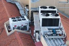 Sistemas de aire acondicionado en un tejado del edificio imagenes de archivo