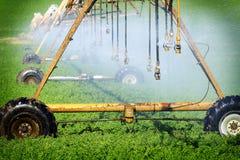 Sistemas de extin??o de inc?ndios da irriga??o que molham campos para cultivar fotografia de stock