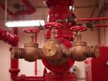 Sistemas de la regadera y de la columna de alimentación de la bomba de fuego Imagen de archivo libre de regalías