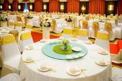 Sistemas de la tabla de la boda en pasillo de la boda el casarse adorna la preparación Imagen de archivo libre de regalías