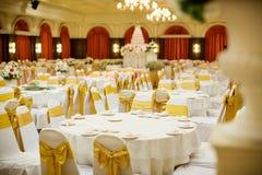 Sistemas de la tabla de la boda en pasillo de la boda el casarse adorna la preparación Imágenes de archivo libres de regalías