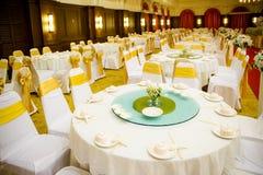 Sistemas de la tabla de la boda en pasillo de la boda el casarse adorna la preparación Fotos de archivo libres de regalías