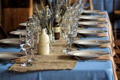 Sistemas de la tabla y de la porción de la huésped de la boda del país Foto de archivo libre de regalías