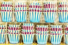 Sistemas de las tazas coloridas, dispositivos de cocina festivos fotografía de archivo